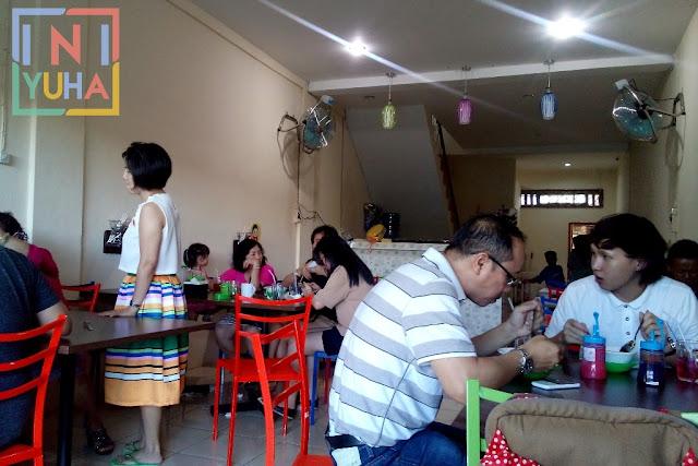 Suasana dalam warung - Mie Sop Coco