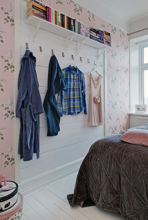 friso de madera decorativo en color blanco con librería y perchas