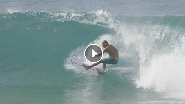 Kelly Slater, Gabriel Medina, Ewing, Moniz, compartiendo baño con surfistas del montón en Off the Wall.