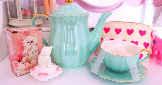 INSPO ♥ VINTAGE PERFUME AND PRETTY TEAPOTS ♥