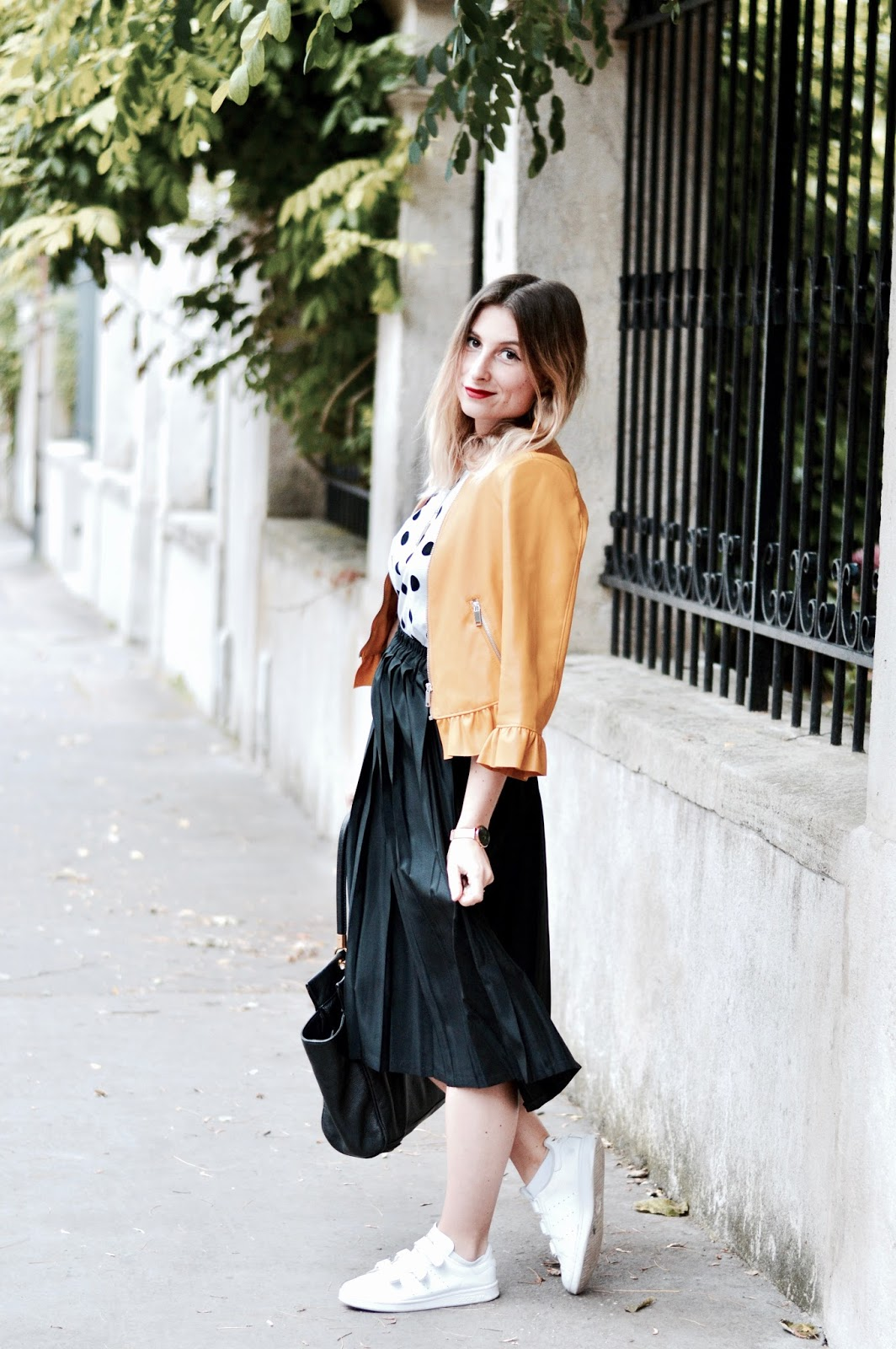 look automne blouson volants jaune Zara et teeshirt pois zara