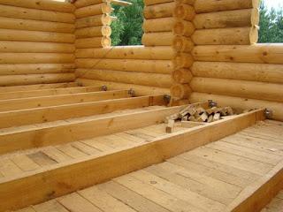 Дерево в нашей стране – один с основных строительных материалов. Древесина имеет целый ряд положительных качеств для того, чтобы использовать ее в строительстве. Основные из них это прочность, упругость, низкая плотность, малый вес, низкая теплопроводность, стойкость к агрессивным химическим средам, природная эстетичность, простота обработки и монтажа. Деревянные дома, зависимо от особенностей конструкции, разделяют  на такие виды: - каркасные; - из оцилиндрованного бревна; - из бруса; из бревна ручной рубки.     Наиболее популярными есть деревянные дома построенные из оцилиндрованного бревна. Такие строения имеют все преимущества натуральной древесины, описанные выше. Относительно не большая цена на дома построенные из оцилиндрованного бревна связана с переносом очень важных трудоемких обрабатывающих работ со строительного участка на завод, где это делать намного удобней. Также процесс монтажа деревянных домов из оцилиндрованного бревна предусматривается еще при проектировании. Из цехов на строительную площадку поступают полностью готовые детали, а не заготовки. Все что нужно сделать на строительной площадке это аккуратно их собрать. Оцилиндрованное бревно относительно новый материал для строительства. За последнее пятилетие спрос на него очень вырос.      Оцилиндровка деревянных бревен вносит в деревянный дом неповторимую красоту и эстетичность. В Европейских станах дома с оцилиндрованного бревна считаются наиболее дорогими и престижными.