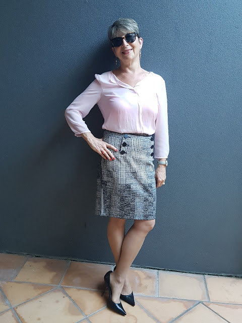 Pink blouse-pencil skirt-black pumps