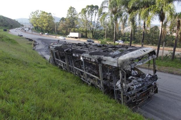 Grupos põem fogo em ônibus e dizem que 'vão incendiar a cidade'
