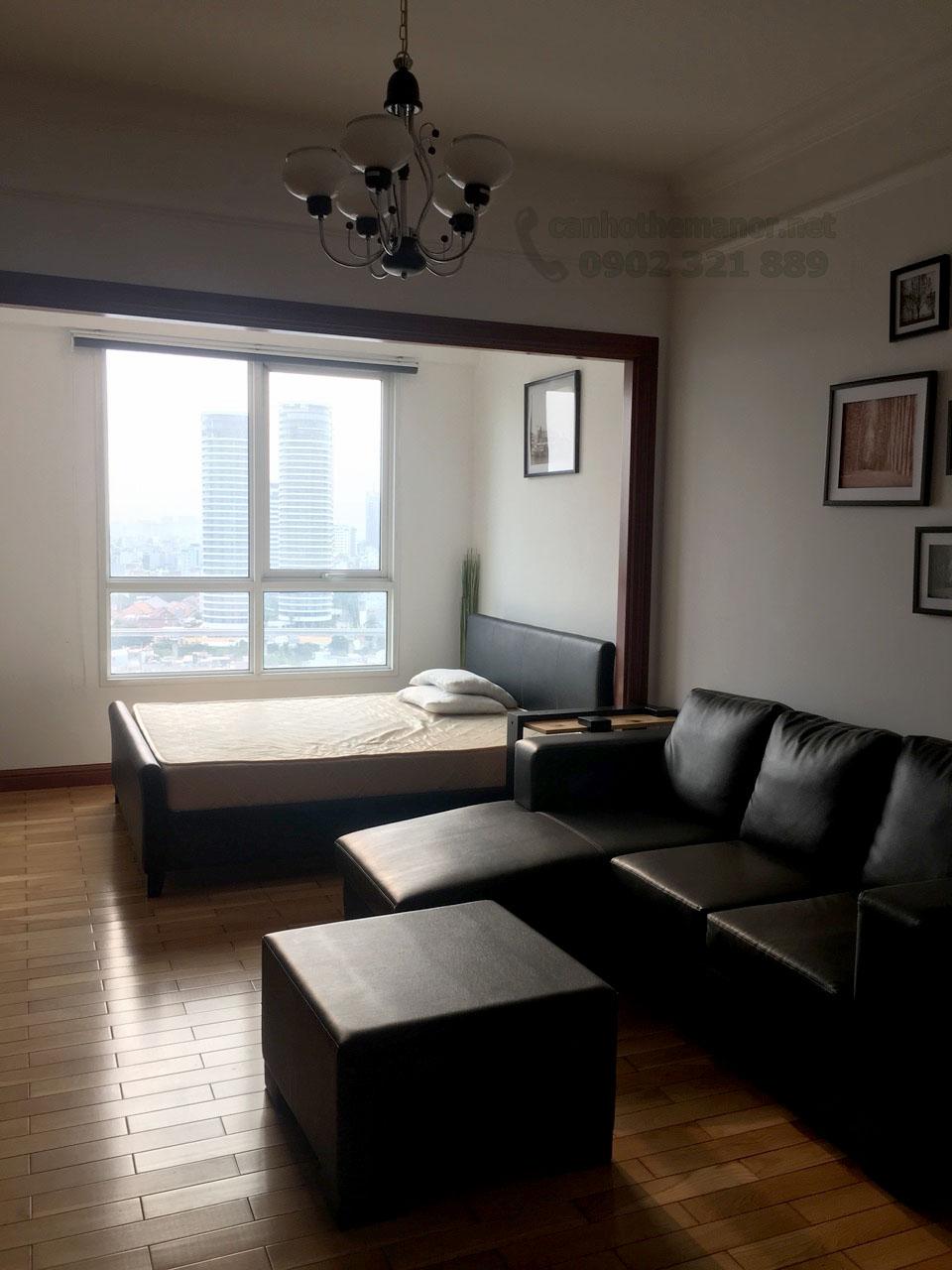 Giường ngủ cạnh cửa kính lớn của căn hộ The Manor - đường Nguyễn Hữu Cảnh quận Bình Thạnh.