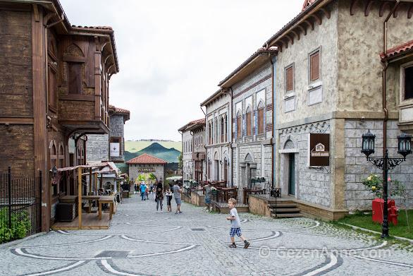 """Vialand'te """"Bir zamanlar İstanbul"""" sokağındaki tarihi evler ve cafeler"""