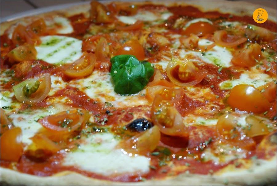 Pizza Caprese (mozarrella de búfala, tomate fresco, albahaca y orégano) en Casa dei Pazzi Madrid Chueca