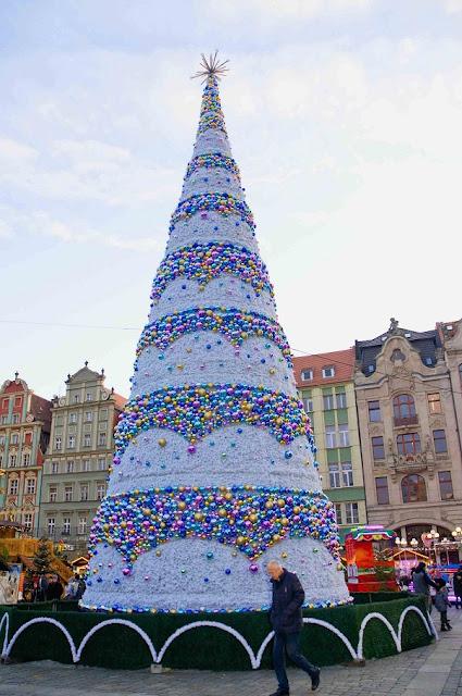 Wrocław choinka na rynku, biała, z bombkami