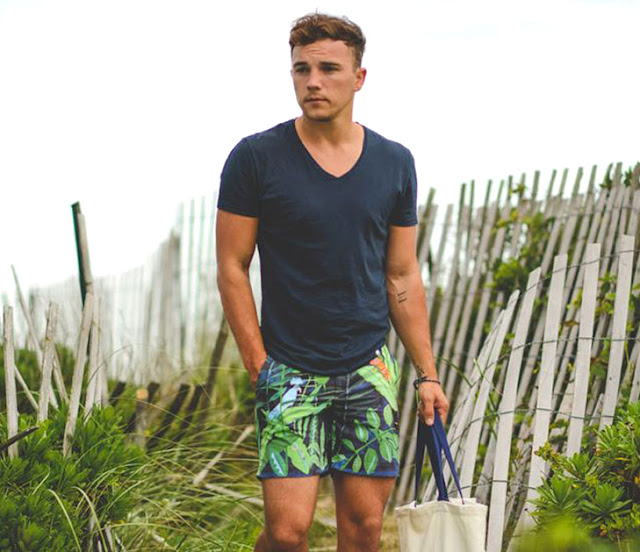 Short masculino estampado tropical para praia