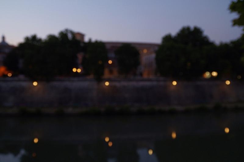 Sommerabend in Rom Tiber Fluss Nacht Laternen Spiegelungen Bokeh