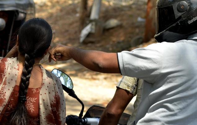 महिला ने दिखाया दम, स्नैचर को बाइक से खींच गिराया
