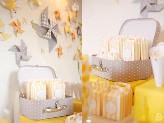 moulins a vent accroches au mur et malette de sachets gris et jaunes