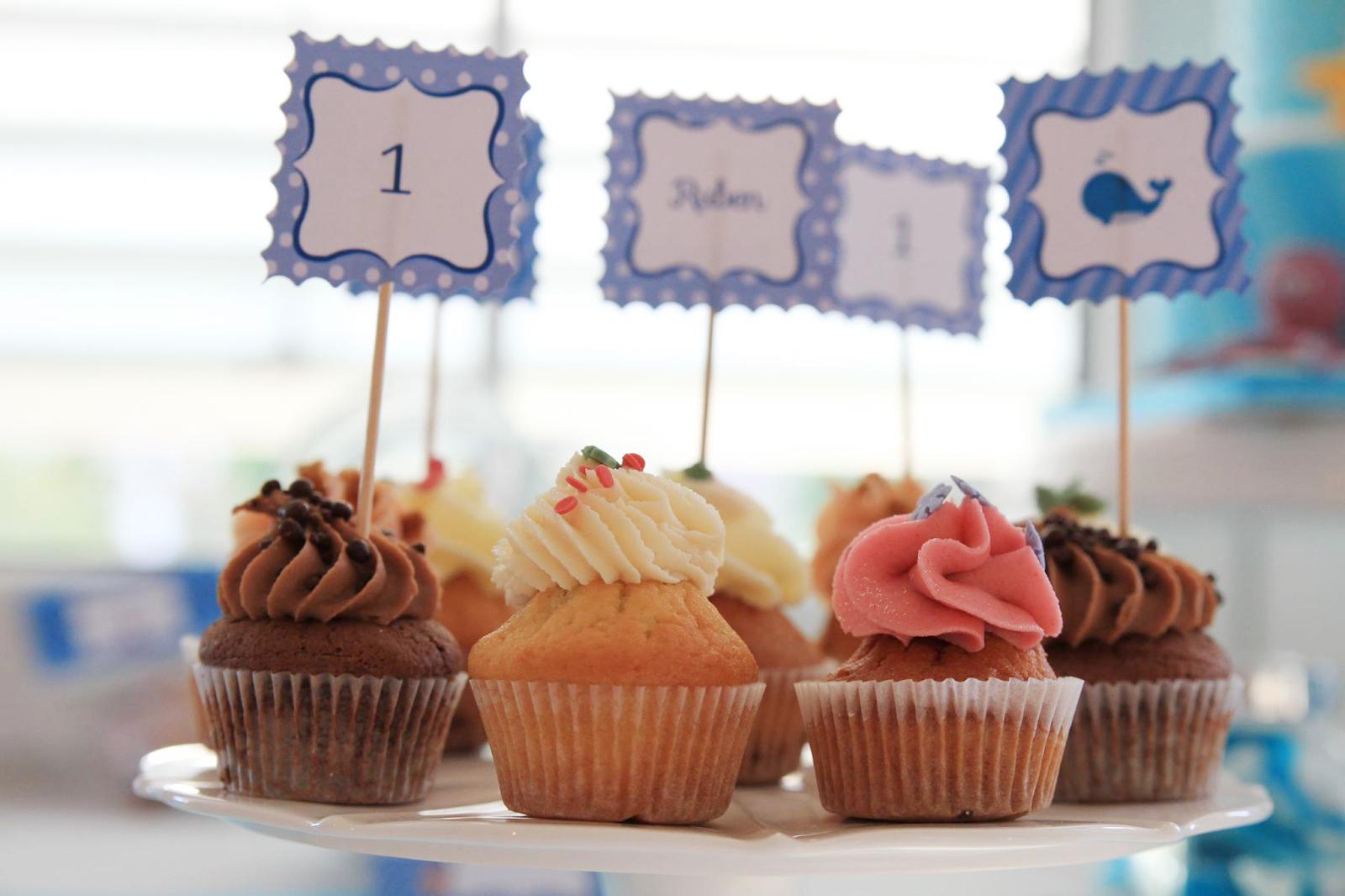 cupcakes toppers baleine et petits gâteaux américains