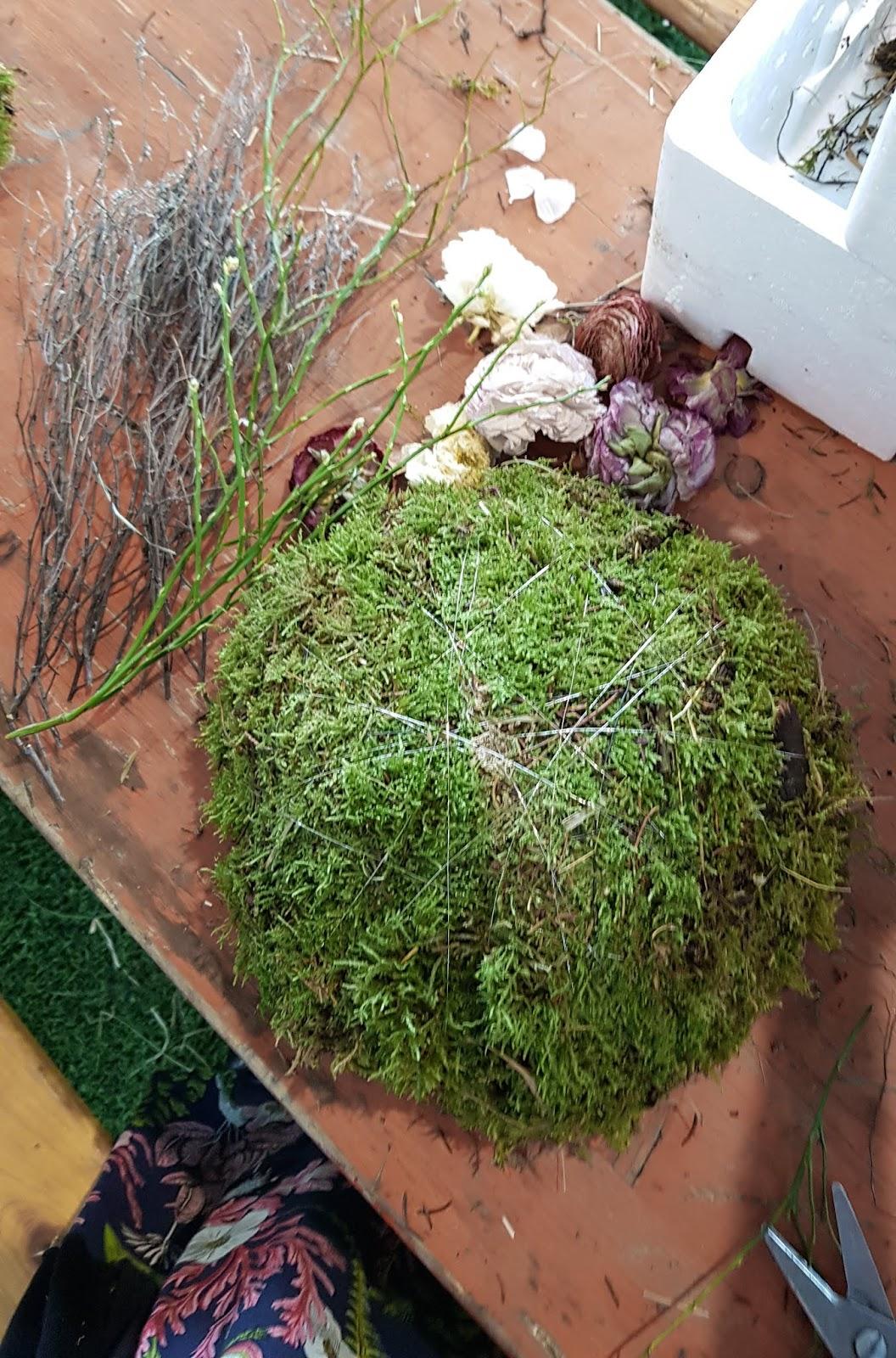 DIY Deko mit Moos. Einfach selber machen. Dekoidee aus Heu, Draht, Moos und Blüten Basteln und Kreativsein