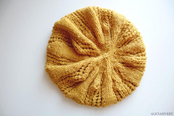 aliciasivert, alicia sivertsson, knitting, knit, handicraft, handcraft, yellow, mustard, yarn, flower, skicka, skickning, rundstickor, garn, senapsgul, alpacka, alpacca, basker, hat, beret, basque