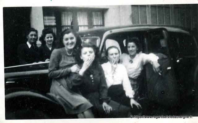 photo ancienne noir et blanc groupe de femmes libérées  en voiture