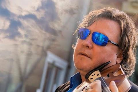 Szarka Tamás új lemezén a saját halálára is írt egy dalt