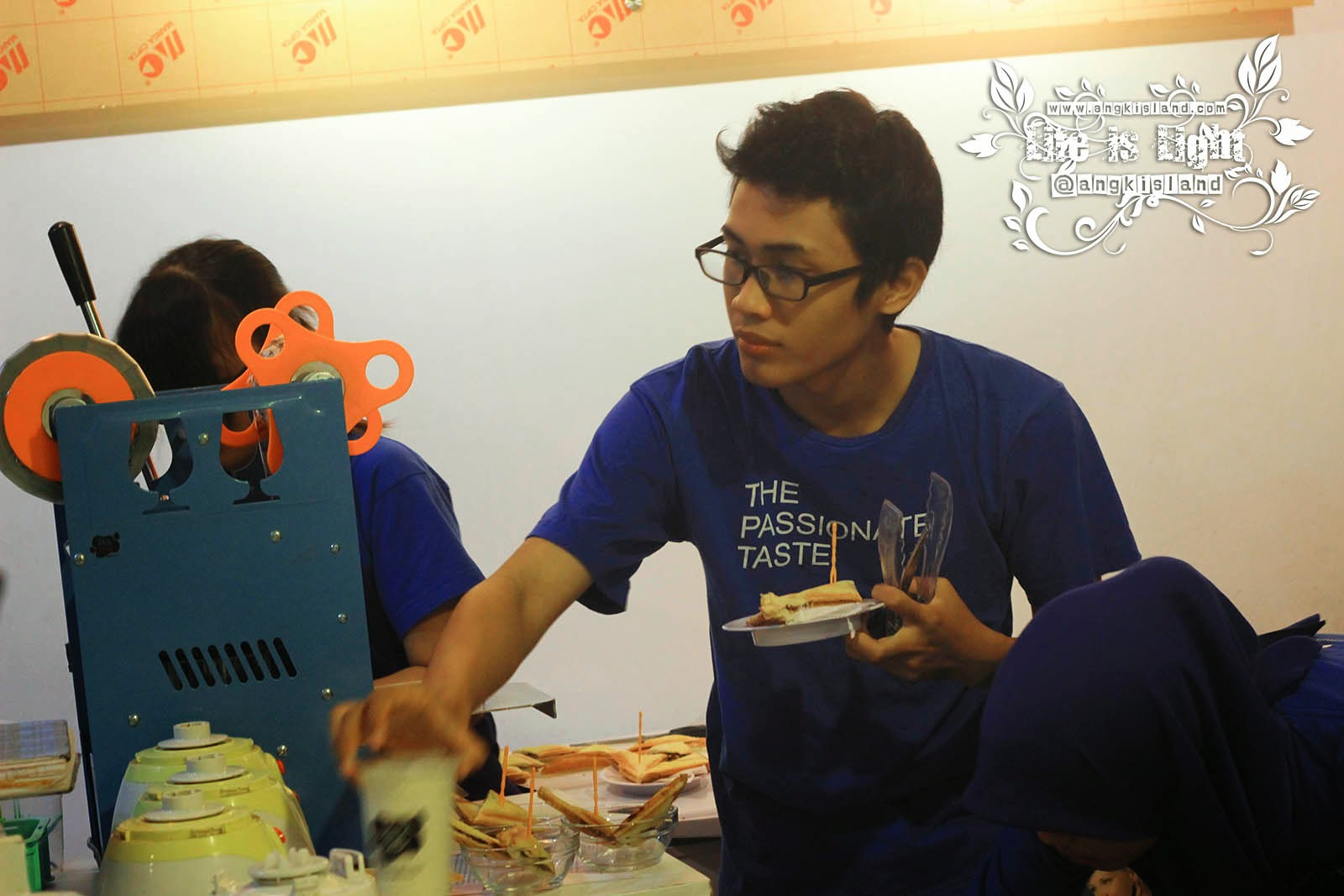 Karyawan Milk Bar Indonesia