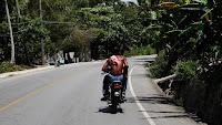Dominicains en moto sur la route de Samana