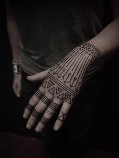 Esta peça incorpora elementos populares em mandalas para a imagem usada para cobrir o portador da mão esquerda, a tatuagem é processado em tinta preta.