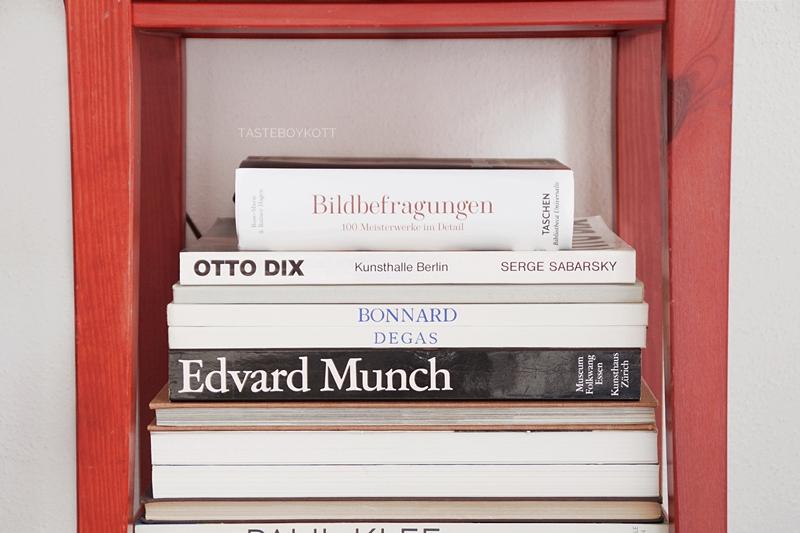 Kunstbücher neu und vintage. Schlafzimmer Nachttisch rot Ikea dekorieren schlichter skandinavisch-moderner Stil, hell und reduziert. Tasteboykott.