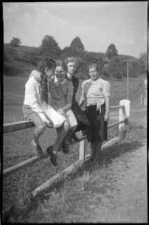 vier Frauen an einem Weidezaun - 1930-1950