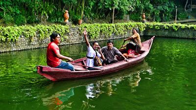MEndayung perahu di Kampung Sampireun