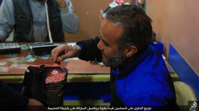 ISIS celebra ataques em Bruxelas distribuindo doces na Síria