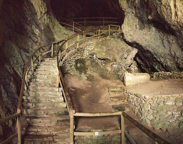 www.fertilmente.com.br - Hoje os impressionantes túneis que abasteciam o castelo de Predjama durante cercos fazem parte do passeio turístico ao castelo