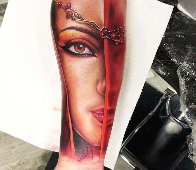 Tatuaje de un rostro de mujer cubierta con velo