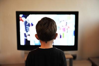 Bahaya Nonton TV Terlalu Dekat