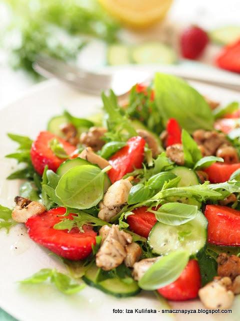 salatka z miesem i owocami, truskawki, kurczak, ogorek, lunch, kolacja, pyszne danie, lekko i smacznie