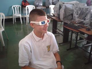 Joven usando unas gafas 3d