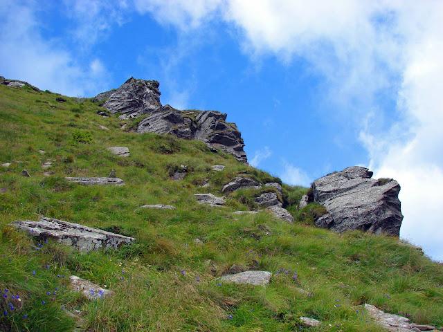 Камни и скалы на склоне Петроса