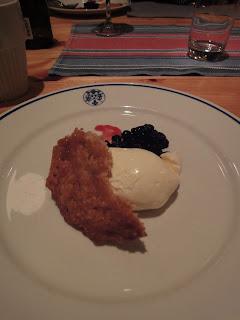 デザートはホワイトチョコレートムースのブルーベリー添え