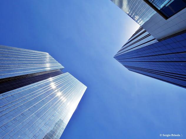 Perspectiva inferior das fachadas da Torre Santander e Edifício JK - Vila Olímpia - São Paulo