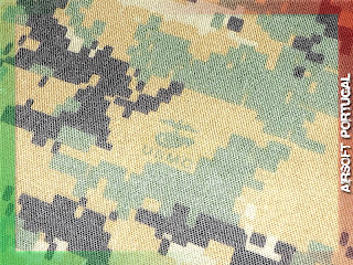 Também é de assinalar as mesmas insígnias bordadas a linha preta tanto no  camisola como no boné oficiais. 3a4b57d25af