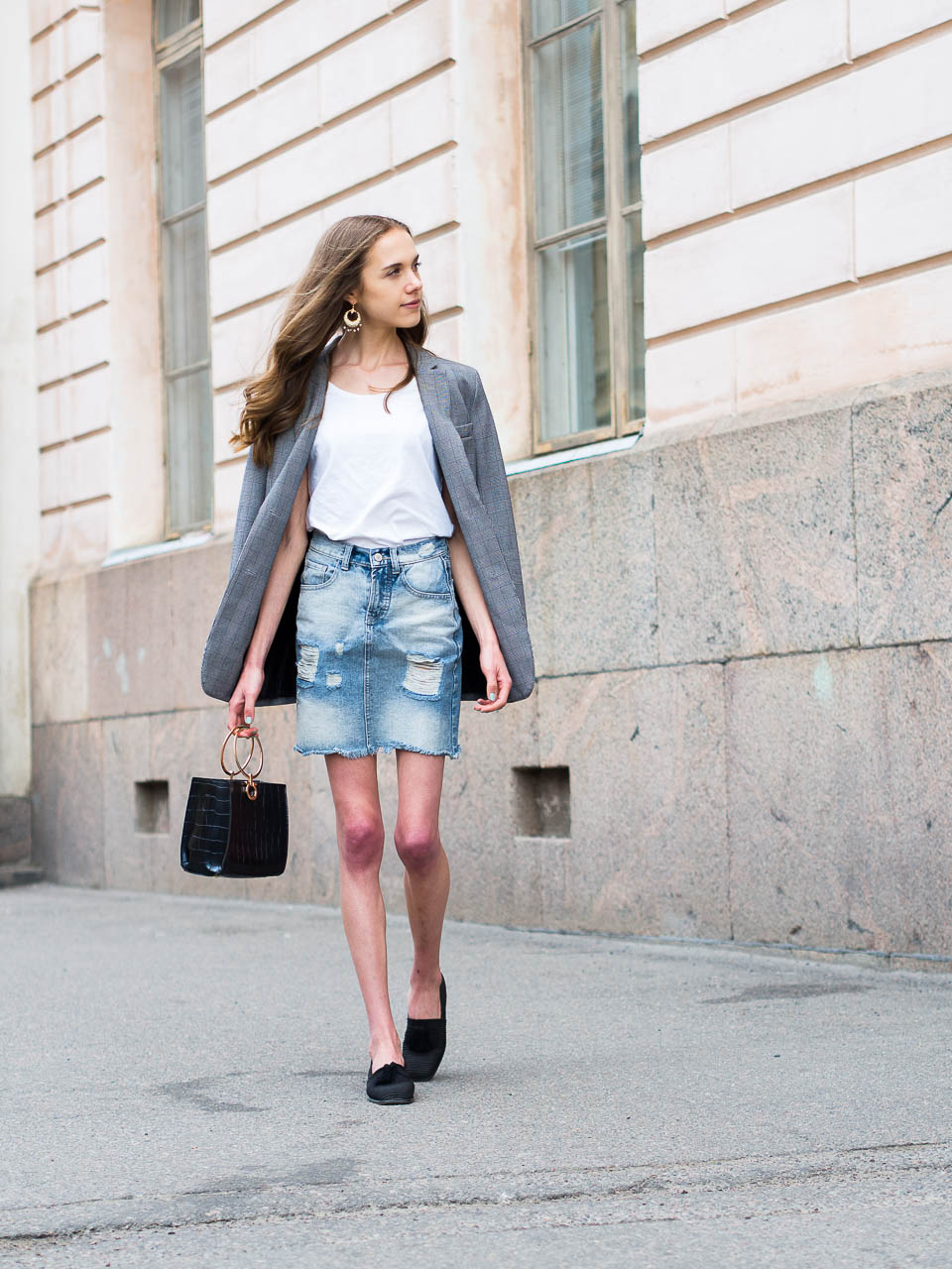 outfit-with-distressed-denim-skirt-white-top-and-checked-blazer