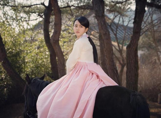 Sao Hàn 29/4: Tiffany lấp ló nội y gợi cảm, Kim So Hyun hóa mỹ nữ cổ trang