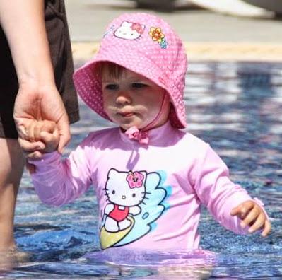 Kind mit UV-Schutzkleidung
