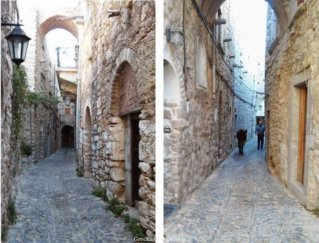 nostalgiczne greckie uliczki w Mesta, mężczyzna prowadzi osła Chios Grecja