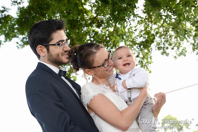portraits photo des mariés et leur fils bébé petit garçon souriant