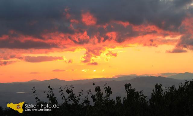 Sonnenuntergang im Landesinneren von Sizilien