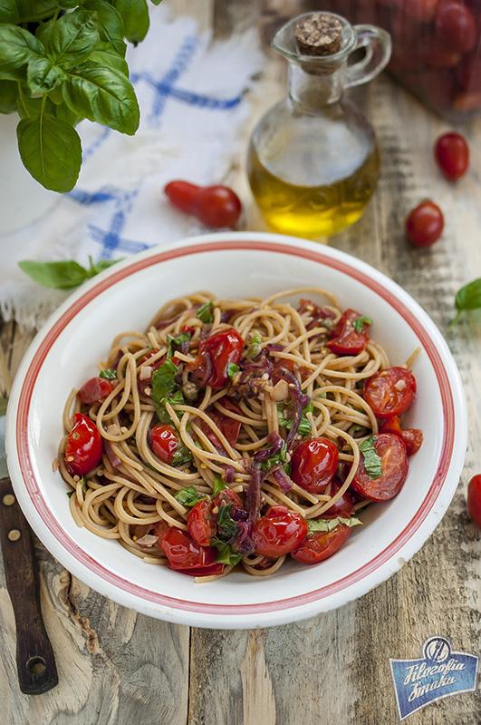 Spaghetti z pomidorami i cebulą