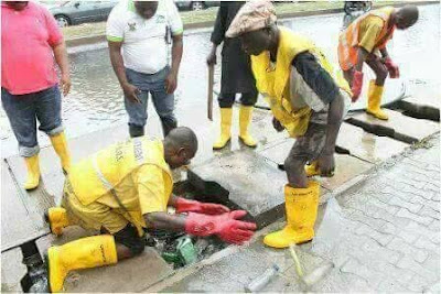 Flood: Lagos state government officials clear blocked drainages in Lekki (photos)