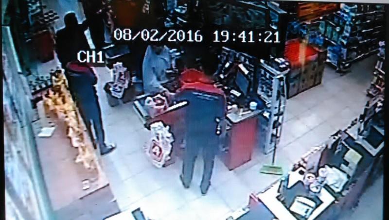 Pengacara menodong pistol dalam minimarket terekam CCTV