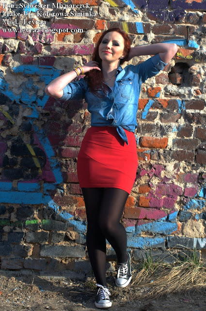 5.03.2017 Biała koszulka, jeansowa koszula, czerwona mini spódnica, czarne rajstopy, czarne trampki, opaska z kokardą, Ulica Bodzentyńska Kielce