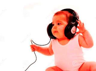 Foto gambar bayi lucu mendengarkan musik 6