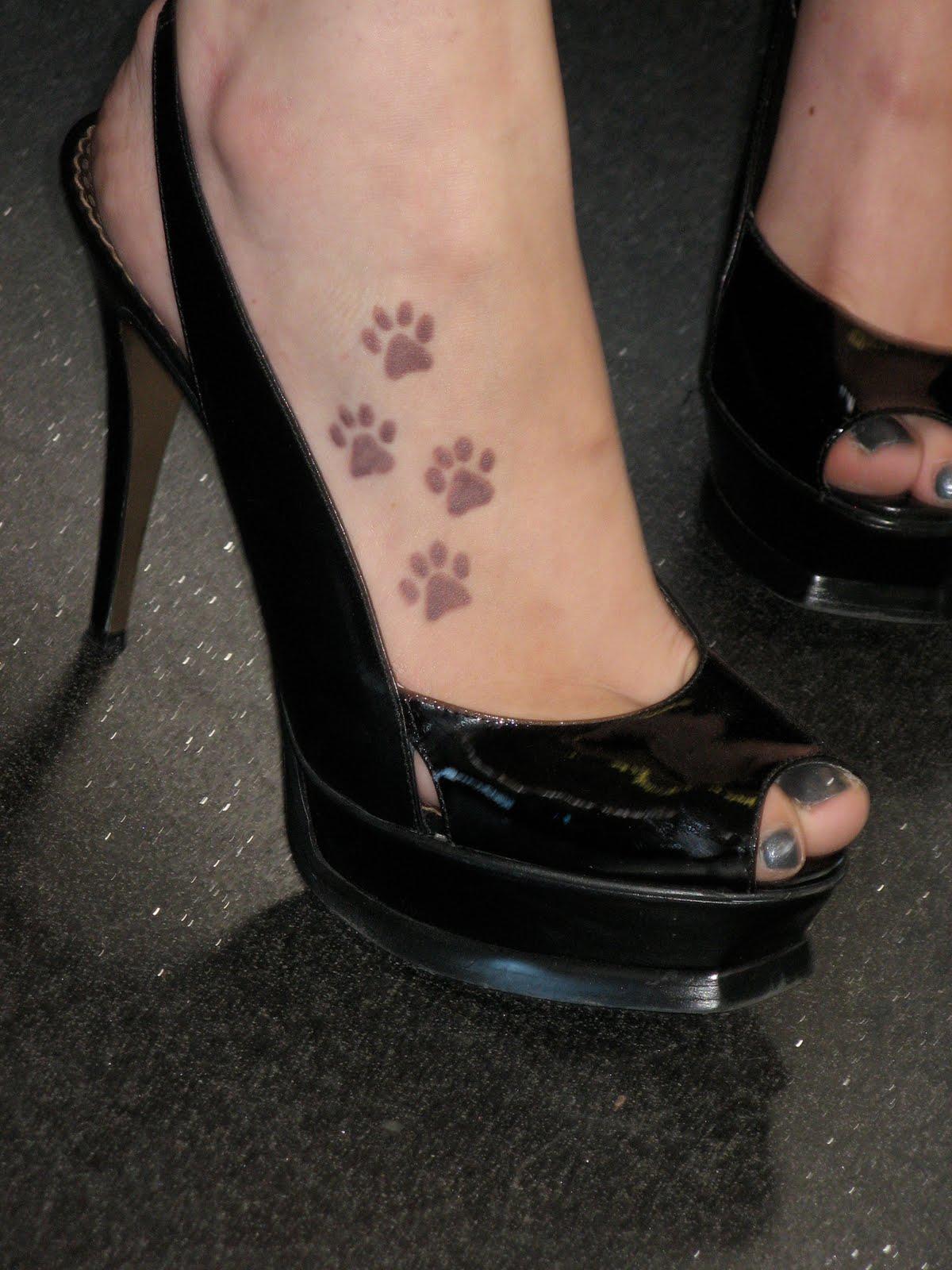 tatouage patte de chien signification. Black Bedroom Furniture Sets. Home Design Ideas