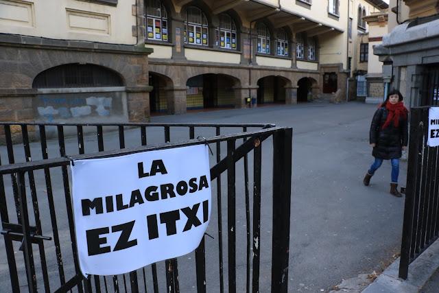 Cartel en el colegio La Milagrosa